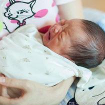 赤ちゃんがおくるみを嫌がるとき。ママたちの工夫や別の寝かしつけ方