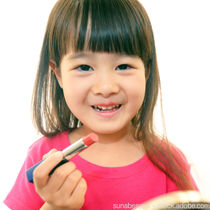 小さな女の子のキッズメイク。始めるタイミング