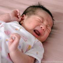 夕方にぐずる新生児。ママたちにきく、理由や対処法