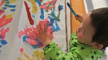 手形アートでおうち遊びを楽しく。子どもの手形を活かしたデザイン