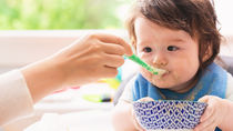 離乳食の「いつから」を解説。それぞれの食材の進め方や調理のポイント