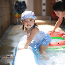 子どものはじめての水遊びのタイミング。プールや海に入るときに準備すること