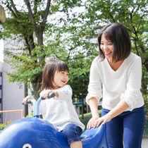 子どもと楽しむ外遊び。自然の中での遊びや遊具を使った遊びなど