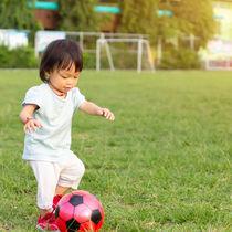 1歳児と楽しむ遊び。外遊びや室内遊び、おもちゃや絵本を使った遊びのアイディア