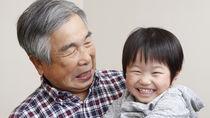 おもちゃやお菓子、祖父母は孫を甘やかす?付き合いや関係性の築き方