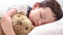 2歳児の寝かしつけにイライラ。絵本や抱っこ、歌など、方法や体験談を紹介