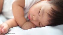 1歳児の寝かしつけ。絵本や歌、抱っこやおんぶなどスムーズにする方法