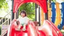 公共の場で気をつけたい子どものマナー。公園の滑り台やホテル、自転車など