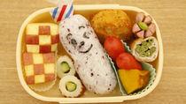 幼稚園のお弁当に入れるおにぎり。具やのりで簡単アレンジ