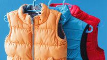 子ども服のダウンジャケットやべスト、カバーオールなど。年齢別の選び方など