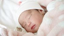 新生児から赤ちゃんの夜の寝かしつけ。かかる時間や授乳以外の方法など