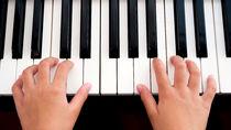 子どものピアノ教室は何歳から?月謝や送迎、選び方や習い事が続かない場合の対処法