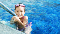 子どもの水泳は何歳から?習い事をいつから始めるか、時間や送迎など選び方