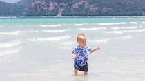 赤ちゃんの海水浴デビューはいつから?おむつやテントなど必要なグッズと注意点
