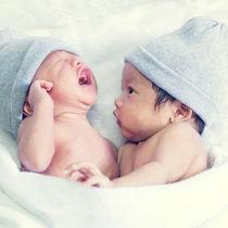 双子の授乳方法やタイミング。げっぷのコツや便利グッズなど