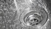 キッチンの排水口掃除のコツ。入れておくだけで汚れを防ぐものとは