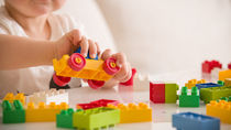 生後8ヶ月の赤ちゃんの遊び。室内で楽しむ知育おもちゃや外遊びのアイディア