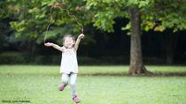幼児が喜ぶなわとびを使った遊び。屋内や屋外でできるさまざな遊び方
