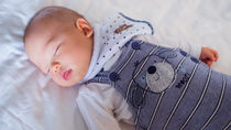 生後5カ月の寝かしつけ方法やかかる時間。添い乳や抱っこなどママたちの体験談