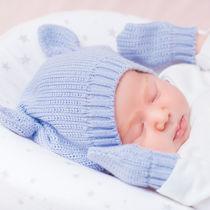 新生児のミトンはいつから使えばよい?サイズや必要性、外れるときの対策
