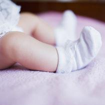 新生児の靴下はいつから必要?サイズの目安や脱げるときの対策方法について