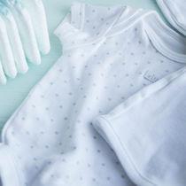生後6ヶ月の赤ちゃんが着る肌着。秋冬など季節別やロンパースなど種類について
