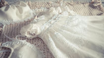 退院時や結婚式に着る、男の子や女の子の新生児のドレスとは。特徴や夏冬素材など