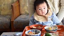 お食い初めの作法とマナーやルール。座る位置や食べさせる順番、喪中の場合など