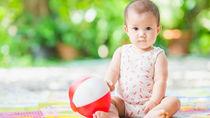 出産祝いにおもちゃを贈ろう。赤ちゃんが喜ぶボールのおもちゃ、長く使えるおもちゃなど