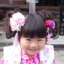 七五三に使う女の子のつけ毛。つけ毛のつけ方や三歳の子どもの髪にあわせた選び方