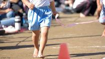 運動会の親子競技で二人三脚をするときのコツ。紐や手ぬぐいの結び方や歩調のあわせ方