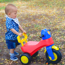 赤ちゃんに三輪車はいつから必要?赤ちゃんや1歳から使えるおしゃれな三輪車の種類や選び方