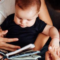 生後3ヶ月の赤ちゃんに絵本の読み聞かせ。最適なタイミングと絵本の選び方