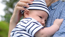 生後2ヶ月の赤ちゃんと散歩。頻度や時間帯、夏や冬など季節ごとの持ち物など