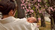 お宮参りに和装しよう。ママたちの髪型や授乳の工夫、赤ちゃんへの祝い着の着せ方