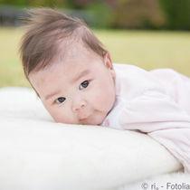 赤ちゃんの寝返り練習は必要?練習方法や泣くときの注意点など
