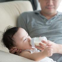 パパが赤ちゃんの授乳をサポート。夜中などパパにできること