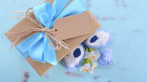 新生児に贈るプレゼント。おもちゃなど贈ったものや選ぶときのポイント