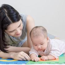 寝返りをするのは何カ月から?赤ちゃんとママの寝返り練習