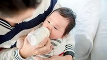 パパが哺乳瓶を使うとき。扱い方や赤ちゃんに授乳するときのポイント