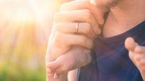 子育て中のパパたちが身につけているもの。腕時計や結婚指輪など