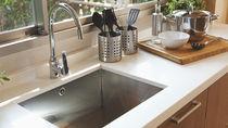 水垢汚れの落とし方とは。お風呂やキッチンシンク、鏡などの掃除方法