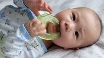 赤ちゃんはいつから歯固めを使う?選ぶときのポイントや歯固めの洗い方