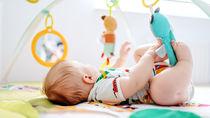 赤ちゃんが遊ぶはじめてのおもちゃ選び。おもちゃの種類や選ぶポイント