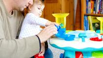 つかまり立ちを楽しくするテーブル型おもちゃ。選ぶときのポイントとは