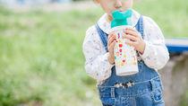 1歳の子に持たせたい水筒。飲み口の選び方や大きさ、気をつけたいこと