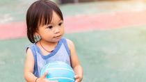幼児が楽しむボール遊びのアイディア!子どもにボールの投げ方を教えたシーン