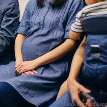 妊娠中の満員電車。ママたちの悩みと対処法を調査