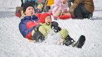 雪遊びに使える道具を用意して子どもと遊ぼう。手作りおもちゃのアイディア
