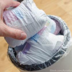 オムツとゴミ箱の臭い対策。ラップで包む、消臭剤を使うなどママたちが試した方法